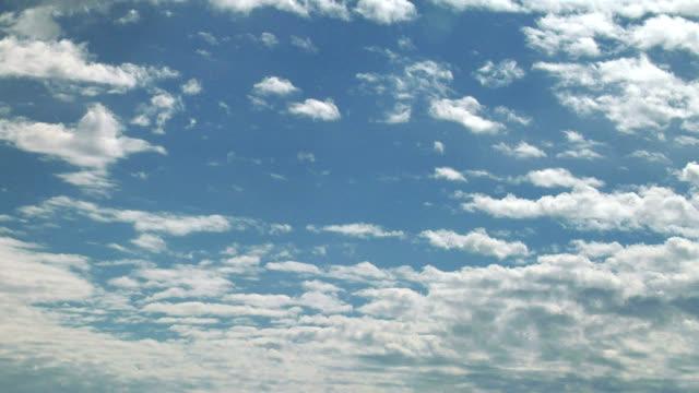vidéos et rushes de altocumulus clouds, timelapse - ciel seulement