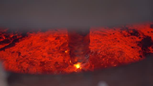 aluminiumsmältning, kvävegasblandningsprocess i smältugn för borttagning av slagg och rengöring av smält metall i gjuterifabrik - stålverk bildbanksvideor och videomaterial från bakom kulisserna