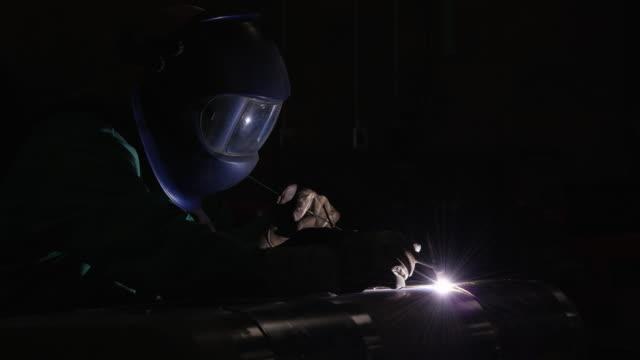 aluminum tig welding - welding helmet stock videos & royalty-free footage