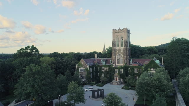 stockvideo's en b-roll-footage met alumni memorial building in bethlehem-de stad in pennsylvania, in appalachian mountains aan de lehigh river. aerial drone video met de achteruit en aflopende camerabeweging. - pennsylvania