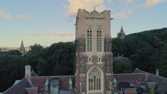 vidéos et rushes de alumni memorial building à bethléem - la ville en pennsylvanie, dans les montagnes des appalaches sur la rivière lehigh. vidéo de drone aérien avec le mouvement descendant de caméra. - pennsylvanie