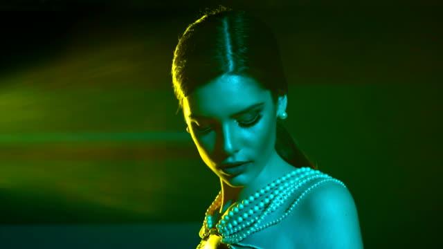 stockvideo's en b-roll-footage met altijd een dame... - parel juwelen