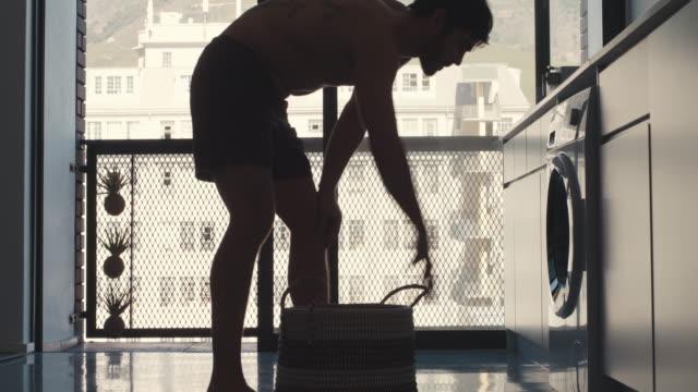 stockvideo's en b-roll-footage met ik doe altijd mijn was aan het eind van de week - wasmand