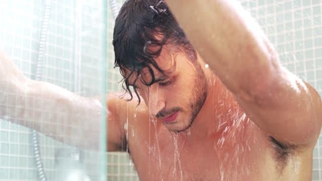 vídeos y material grabado en eventos de stock de siempre me siento fresca después de una ducha vigorizante - ducha