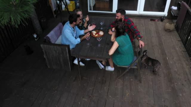 vidéos et rushes de toujours en bonne compagnie - patio
