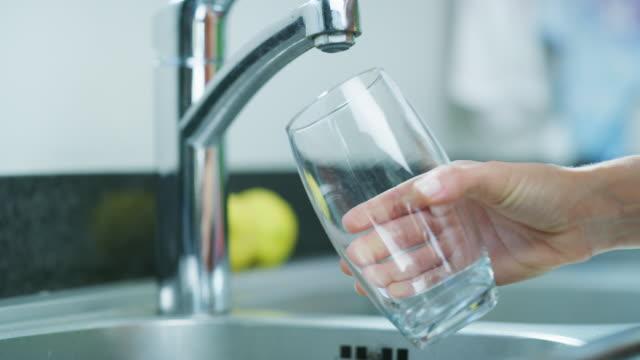 vidéos et rushes de gardez-vous toujours hydraté - eau robinet