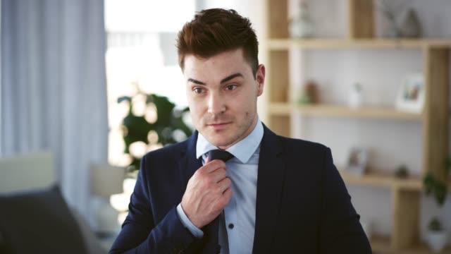 ich sehe immer gut aus im anzug! - krawatte stock-videos und b-roll-filmmaterial