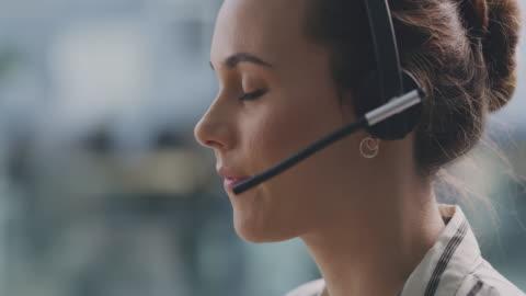 vidéos et rushes de essayez toujours de maintenir de bonnes relations avec vos clients - casque
