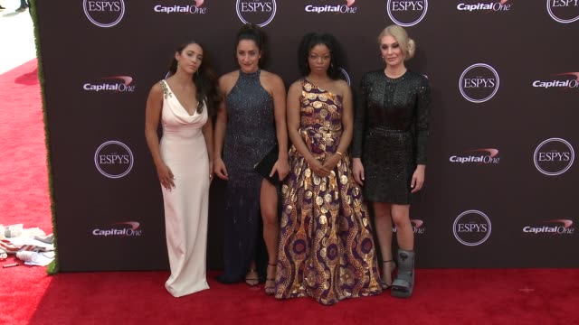 vídeos de stock, filmes e b-roll de aly raisman jordyn wieber tiffany thomas and sarah klein at the 2018 espys at microsoft theater on july 18 2018 in los angeles california - espy awards