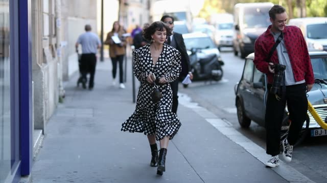 stockvideo's en b-roll-footage met alyssa coscarelli wearing dress with dots print is seen outside awake awake during paris fashion week womenswear spring/summer 2019 on september 25... - jurk