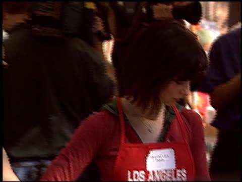vidéos et rushes de alyssa milano at the celebrity thanksgiving at los angeles mission in los angeles, california on november 26, 2003. - alyssa milano