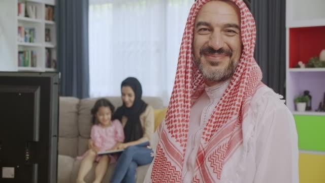 vídeos de stock, filmes e b-roll de sou um marido feliz, pai, homem do oriente médio. - oriente médio etnia
