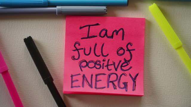 「私はエネルギーに満ちている」肯定ノート - 褒美点の映像素材/bロール