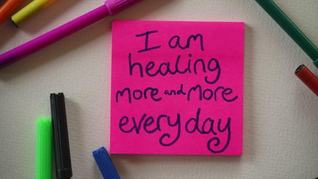 「私は毎日ますます癒しています」肯定ノート - 褒美点の映像素材/bロール