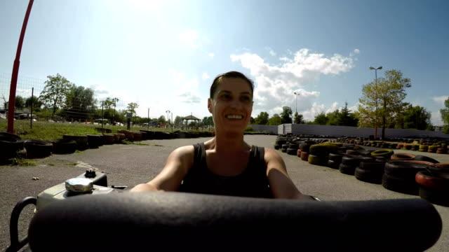 私も若い!ゴーカートレースで40歳の女性 - アドレナリン点の映像素材/bロール