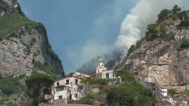 vídeos y material grabado en eventos de stock de ardor de la costa de amalfi hill - quemar