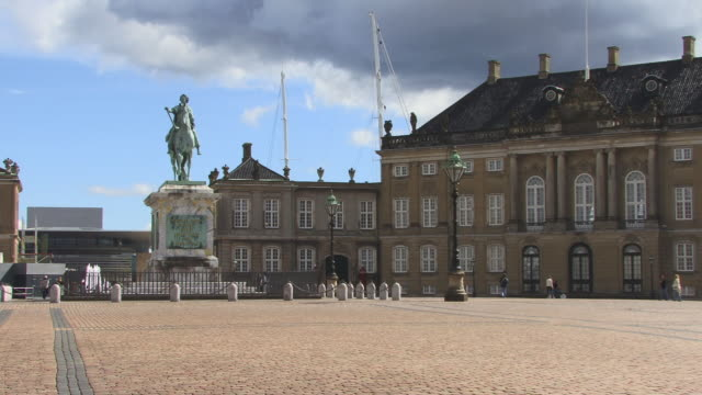 ws, amalienborg palace square with statue of frederick v, copenhagen, denmark - courtyard stock videos & royalty-free footage