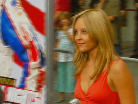 amanda bynes at the los angeles premiere of talladega nights: the ballad of ricky bobby at manns grauman chinese theater in hollywood, california. - アマンダ バインズ点の映像素材/bロール