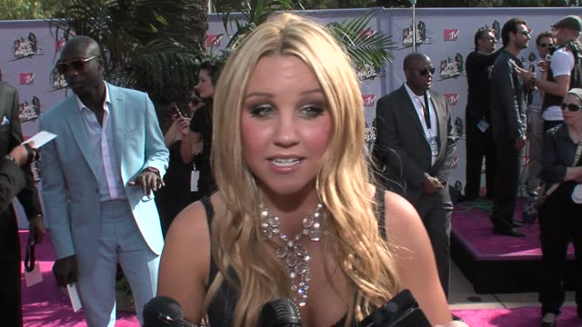 amanda bynes at the mtv movie awards @ the universal amphitheatre at los angeles california. - mtvムービー&tvアワード点の映像素材/bロール