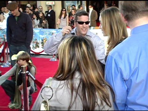 amanda bynes at the 'robots' world premiere at the mann village theatre in westwood, california on march 6, 2005. - アマンダ バインズ点の映像素材/bロール