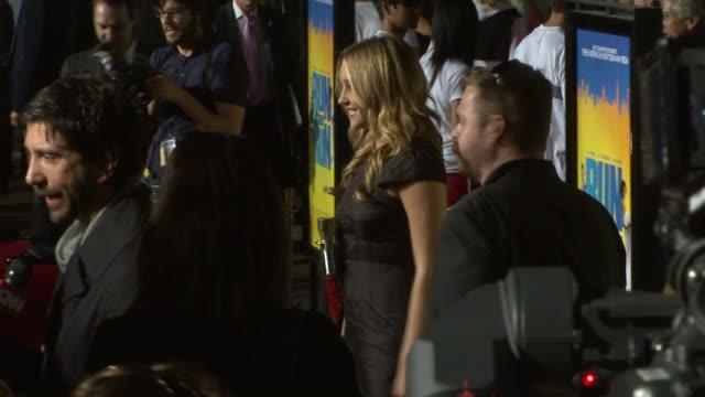 amanda bynes at the 'run fat boy run' premiere on march 24, 2008. - アマンダ バインズ点の映像素材/bロール