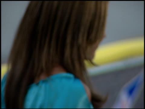 amanda bynes at the 'summer catch' premiere on august 22, 2001. - アマンダ バインズ点の映像素材/bロール