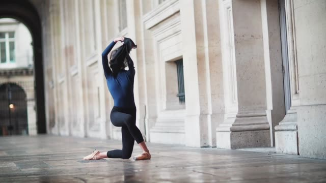 amanda derhy, ballerina and ballet dancer, is wearing a mariia dancewear blue leotard, an adidancewear black skirt, and repetto dance shoes, and is... - gymnastikanzug stock-videos und b-roll-filmmaterial