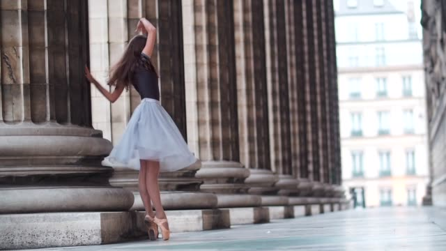 amanda derhy, ballerina and ballet dancer, is wearing an eleve leotard, a lydia bright white skirt, and repetto shoes, and is performing ballet dance... - gymnastikanzug stock-videos und b-roll-filmmaterial