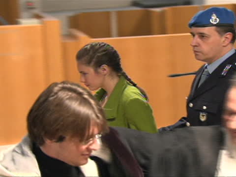 amanda knox being led out of court by italian police. this from the trial of amanda knox, the american college student convicted in december of 2009... - crime or recreational drug or prison or legal trial点の映像素材/bロール