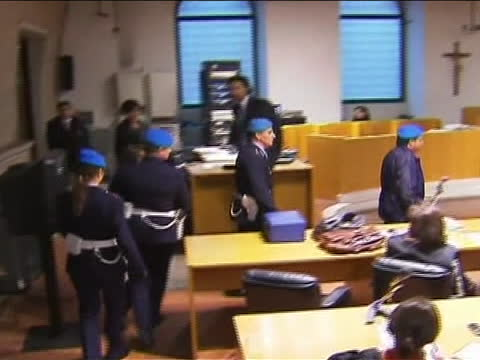amanda knox escorted by italian police into her appeals hearing this from the start of her appeals trial at a brief hearing inperugia italy on... - crime or recreational drug or prison or legal trial video stock e b–roll