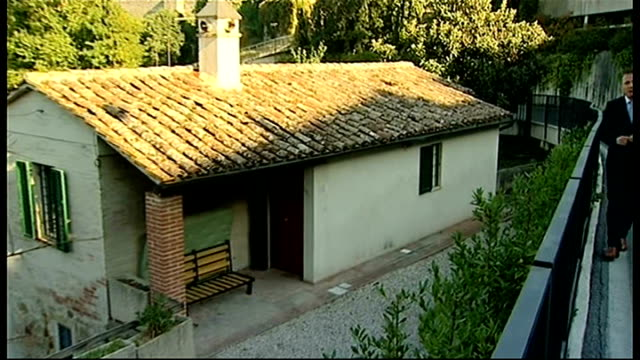 amanda knox freed on appeal for murder of meredith kercher ext house where meredith kercher was murdered in 2007 zoom in reporter to camera people... - unschuld stock-videos und b-roll-filmmaterial