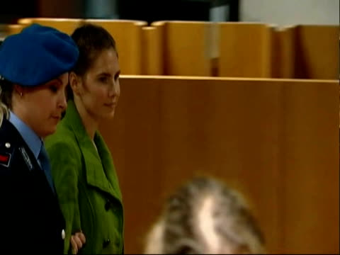 amanda knox led to court being escorted by female police office amanda knox pleads innocence for kercher murder on december 03 2009 in perugia italy - ペルージャ市点の映像素材/bロール