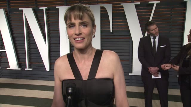 vídeos y material grabado en eventos de stock de interview amanda peet at the 2015 vanity fair oscar party hosted by graydon carter at the wallis annenberg center for the performing arts on february... - vanity fair oscar party