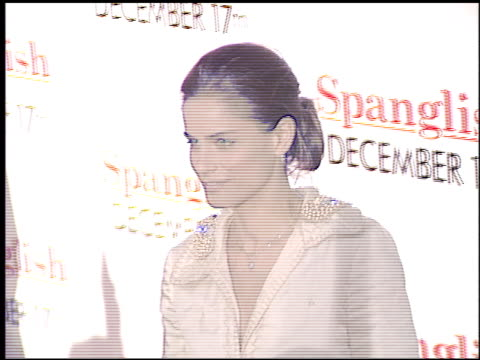 amanda peet at the 'spanglish' premiere on december 9 2004 - spanglish stock videos & royalty-free footage