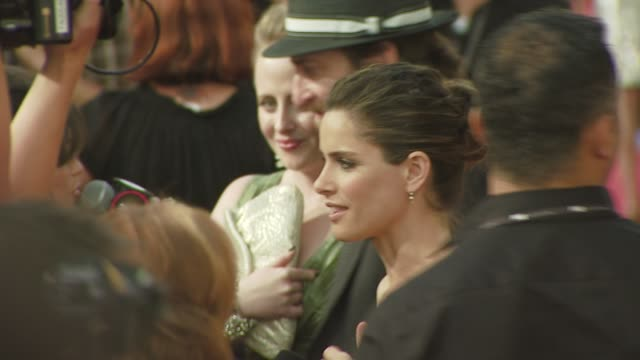 amanda peet at the 'the x-files: i want to believe' premiere at los angeles ca. - xファイル点の映像素材/bロール