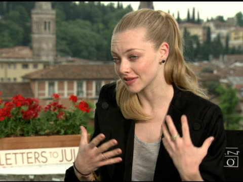 amanda seyfried on chemistry with the rest of the cast at the 'letters to juliet' junket at verona . - chemistry点の映像素材/bロール