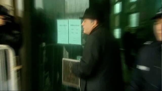 vidéos et rushes de photography *** amaral outside court in rain hat and mac ends - mac