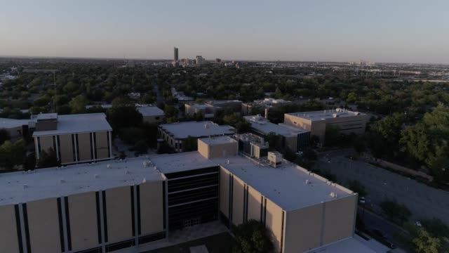 vidéos et rushes de amarillo college campus with downtown amarillo in the background - school building
