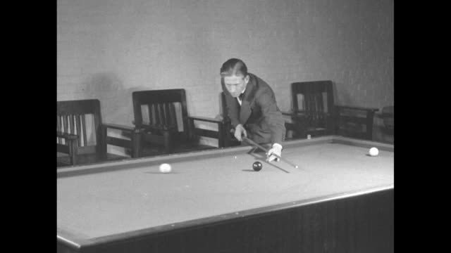 vidéos et rushes de amateur billiards champion jay n bozeman rubbing chalk on cue as he poses for photo opportunity/ two shots of bozeman demonstrating billiard shots /... - bozeman