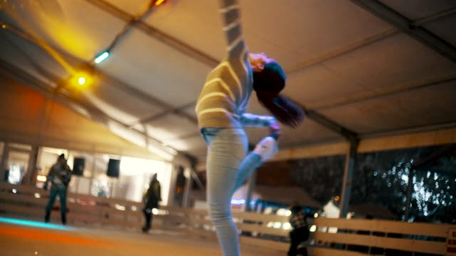 vídeos de stock, filmes e b-roll de esportes de inverno amador - pirouette