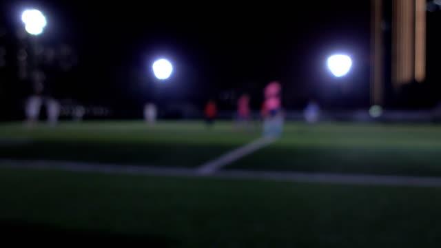 vidéos et rushes de amateurs de jouer au soccer à l'extérieur - pratique