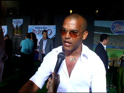 amaury nolasco on bernie mac at the 'mr 3000' los angeles premiere arrivals at the el kapitan theater in hollywood, california on september 8, 2004. - バーニー マック点の映像素材/bロール