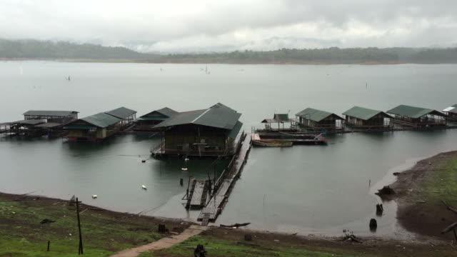 vídeos y material grabado en eventos de stock de hd:  increíble diluvio en thong pha phum, kanchanaburi, tailandia - restaurante flotante