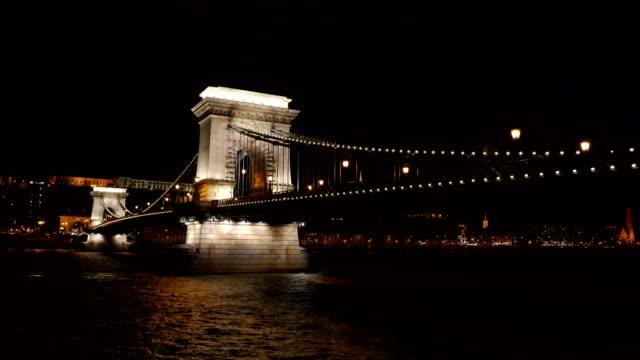 vídeos de stock e filmes b-roll de amazing chain bridge in budapest at night - ponte széchenyi lánchíd