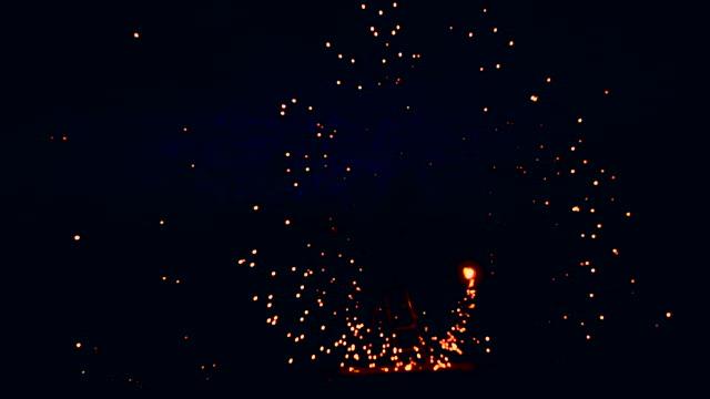 素晴らしい夜火ショー。男回転火 - 回転する点の映像素材/bロール