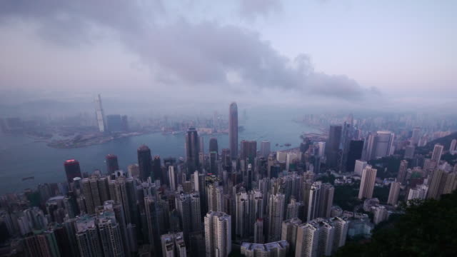 vídeos de stock, filmes e b-roll de amazing hong kong time lapse day to night victoria harbor - shot from the peak. - victoria peak
