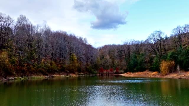 vídeos de stock e filmes b-roll de fantástico lago time lapse com zoom out (reduzir zoom - rx