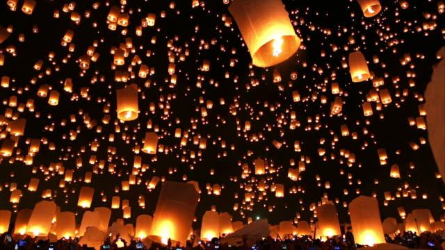 vídeos de stock, filmes e b-roll de festival de loi kra tong incrível chiang mai, na tailândia - lanterna