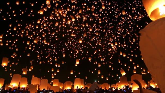 amazing loi kra tong festival chiang mai in thailand - lanterna attrezzatura per illuminazione video stock e b–roll