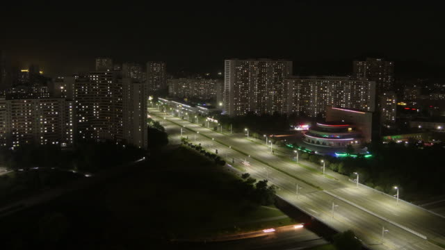 amazing night time lapse of residential buildings and traffic on kwangbok st. - wide shot at night. pyongyang, north korea, dprk - 見渡す点の映像素材/bロール